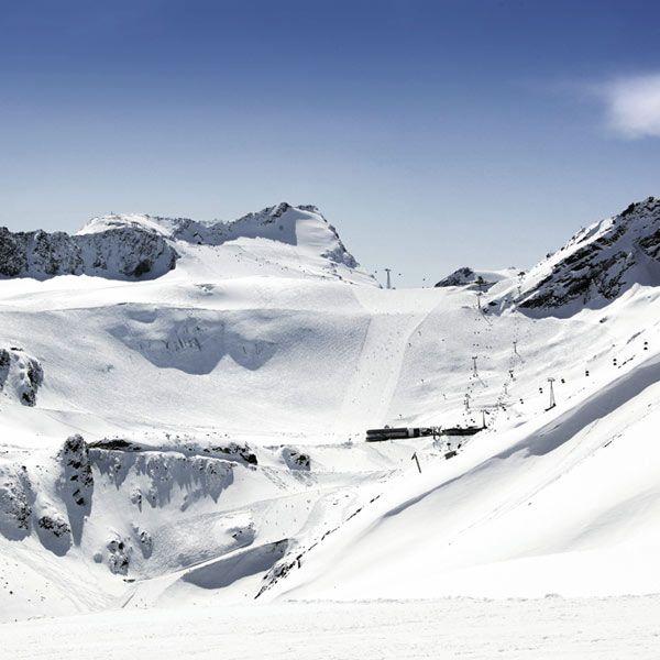 Präparierte Gletscherpiste für den Skilauf im Herbst in Sölden