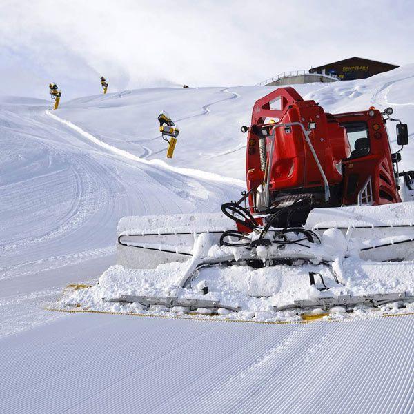 Schneekanonen und Pistenbully auf dem Gletscher in Sölden