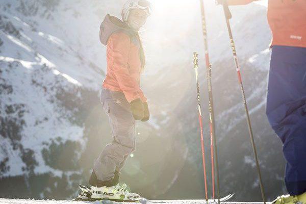 Skifahren am Gletscher in Sölden mit Sonnenschein