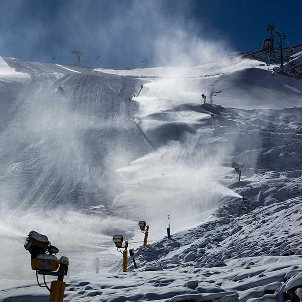 Schneekanonen im Einsatz auf dem Gletscher - Sölden, Ötztal, Tirol
