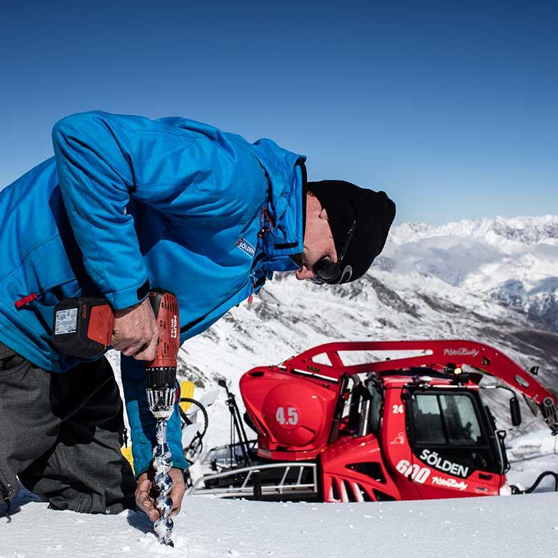 Schneekontrolle am Weltcup Hang - Sölden, Ötztal, Tirol