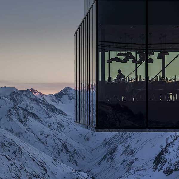 Glasfassade ice Q Gourmetrestaurant - Wie 007 nach Sölden kam