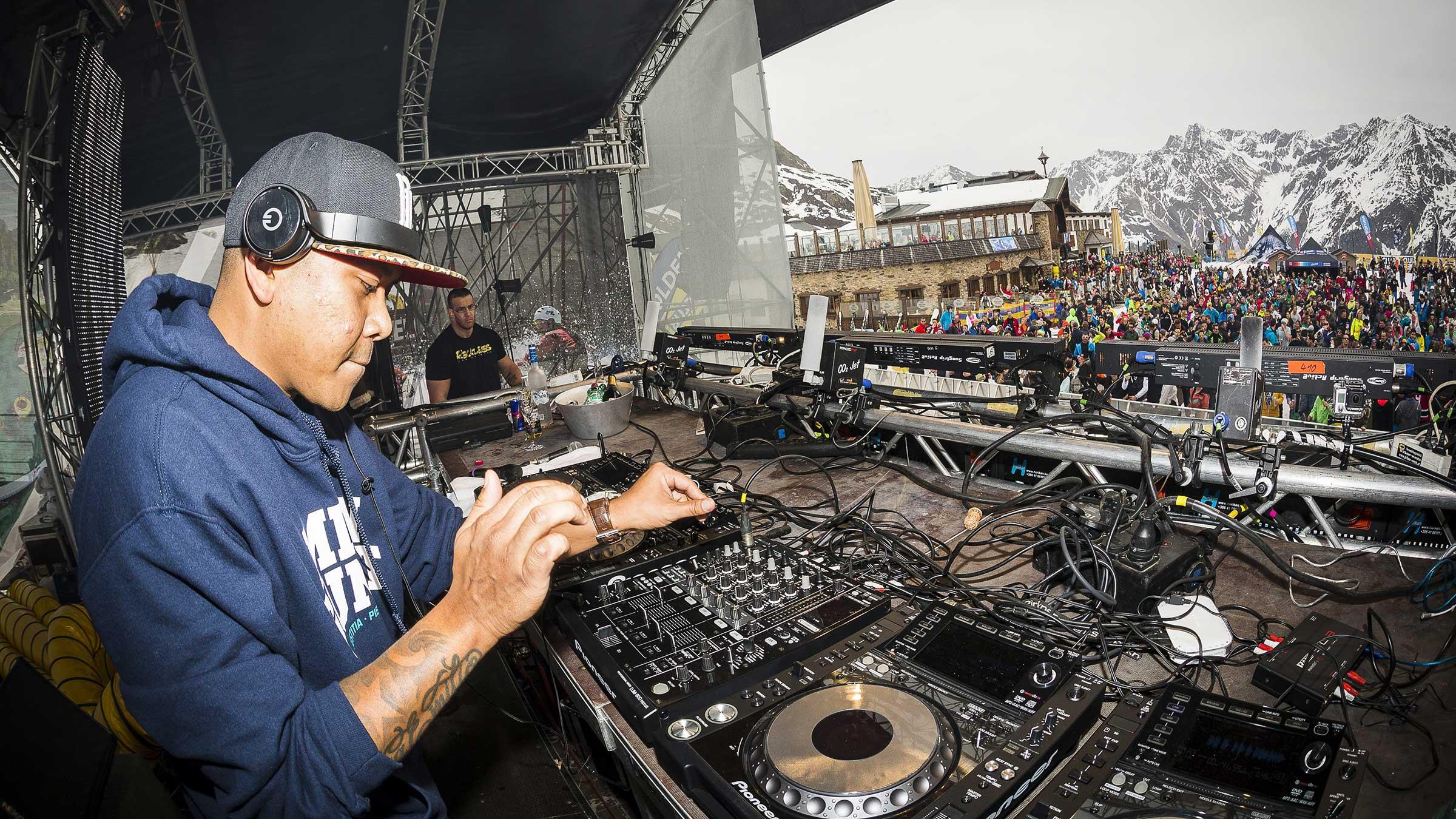 DJ beim Auflegen - EMF Pre-Silvester Party Sölden