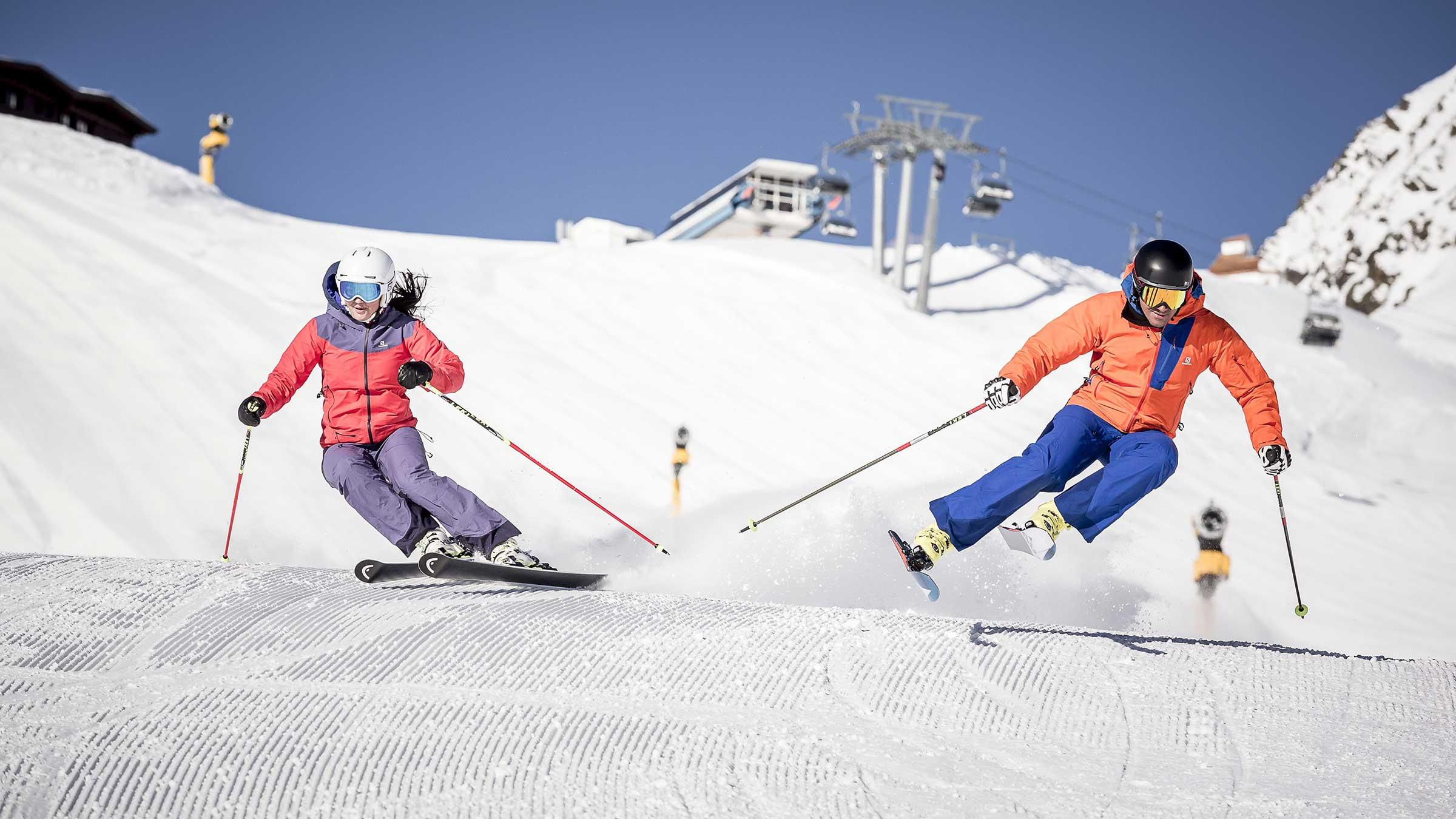 Zwei Skifahrer auf den Pisten in Sölden - EMF Pre-Silvester Party Sölden