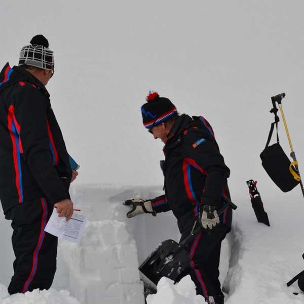 Manfred und Peter beim Erstellen eines Schneeprofils - Sicherung Skigebiet Sölden