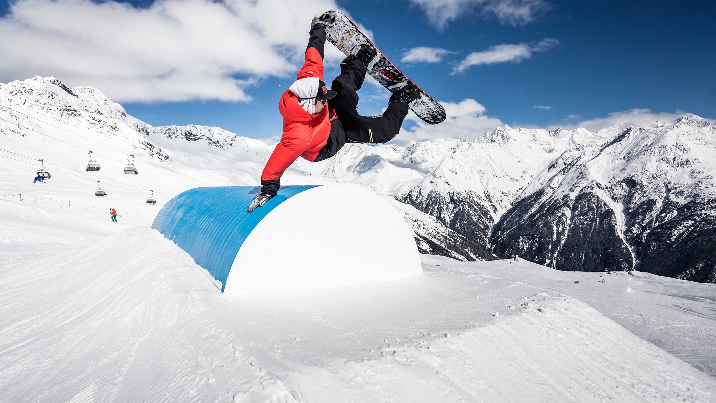 Snowboarder im Snowpark - AREA 47 Snowpark Sölden