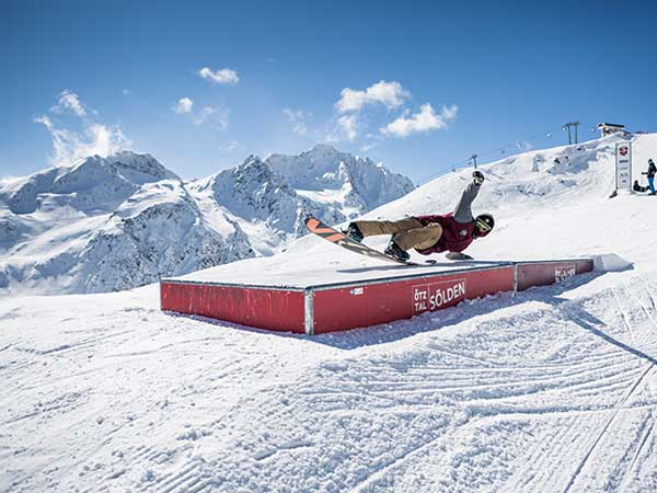 soelden-rechteck-snowboarder-auf-box-600x450