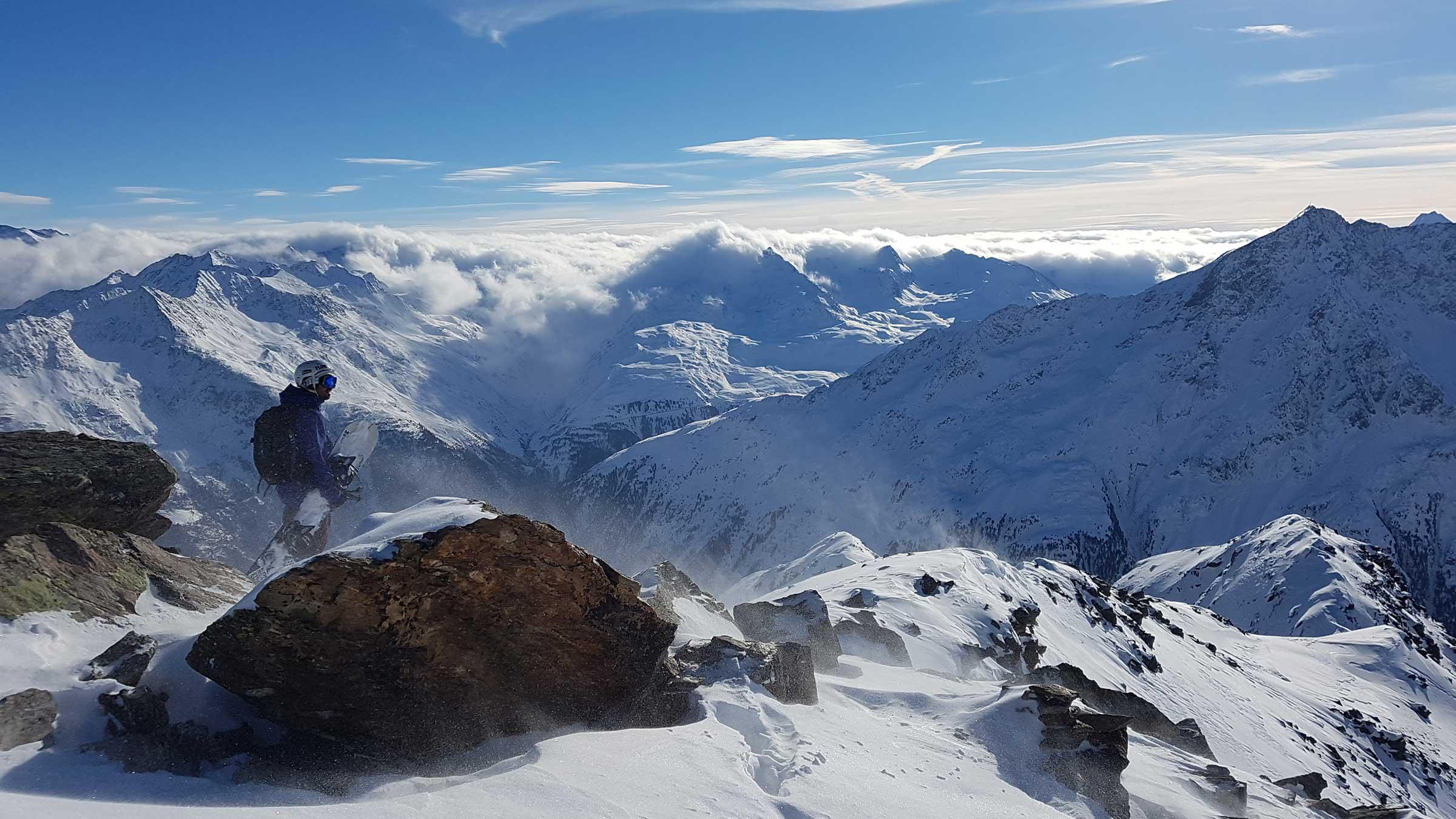 Snowboarder vor Bergpanorama - Freeriden Sölden