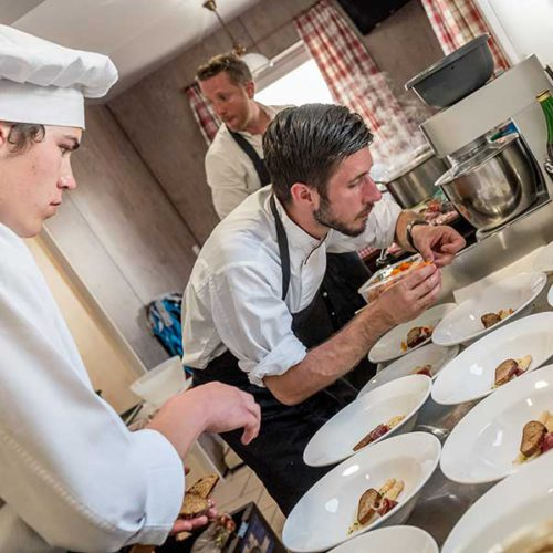 Zubereitung in der Küche - Kulinarik Sölden Windachtal