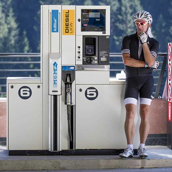 Radfahrer an Tankstelle - Ötztaler Radmarathon Pro Ötztaler 5.500