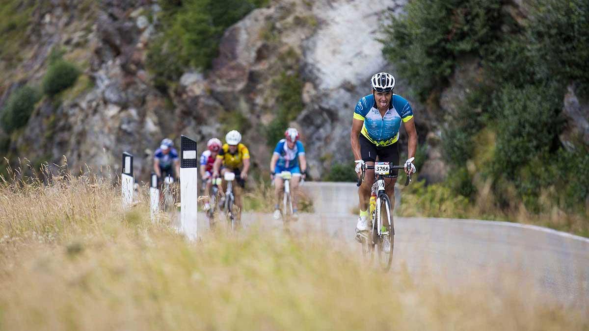 Radfahrer streckt Zunge heraus - Ötztaler Radmarathon Pro Ötztaler 5.500