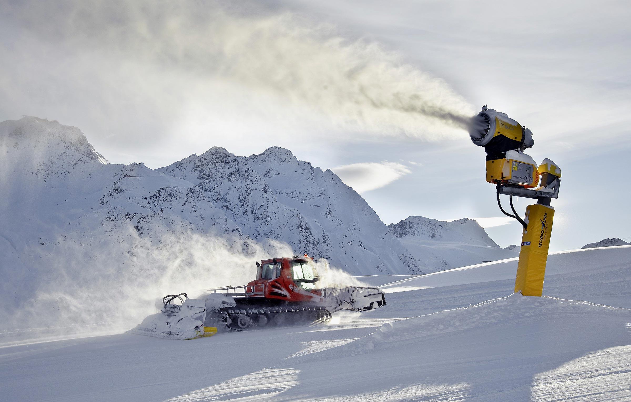 Pistenfahrzeug und Schneekanone - Skigebiet Sölden