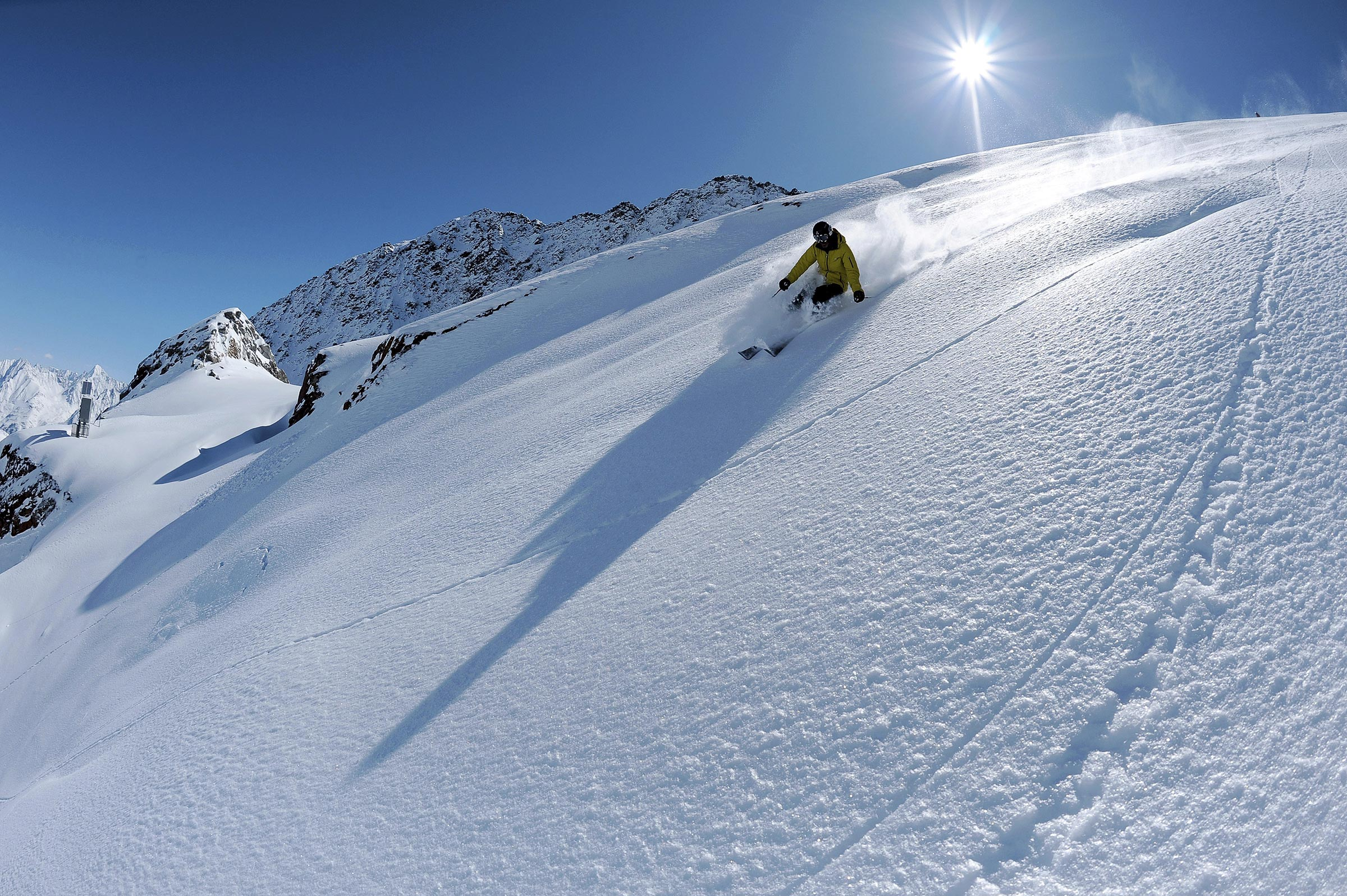 Skifahrer im Tiefschnee - Skigebiet Sölden