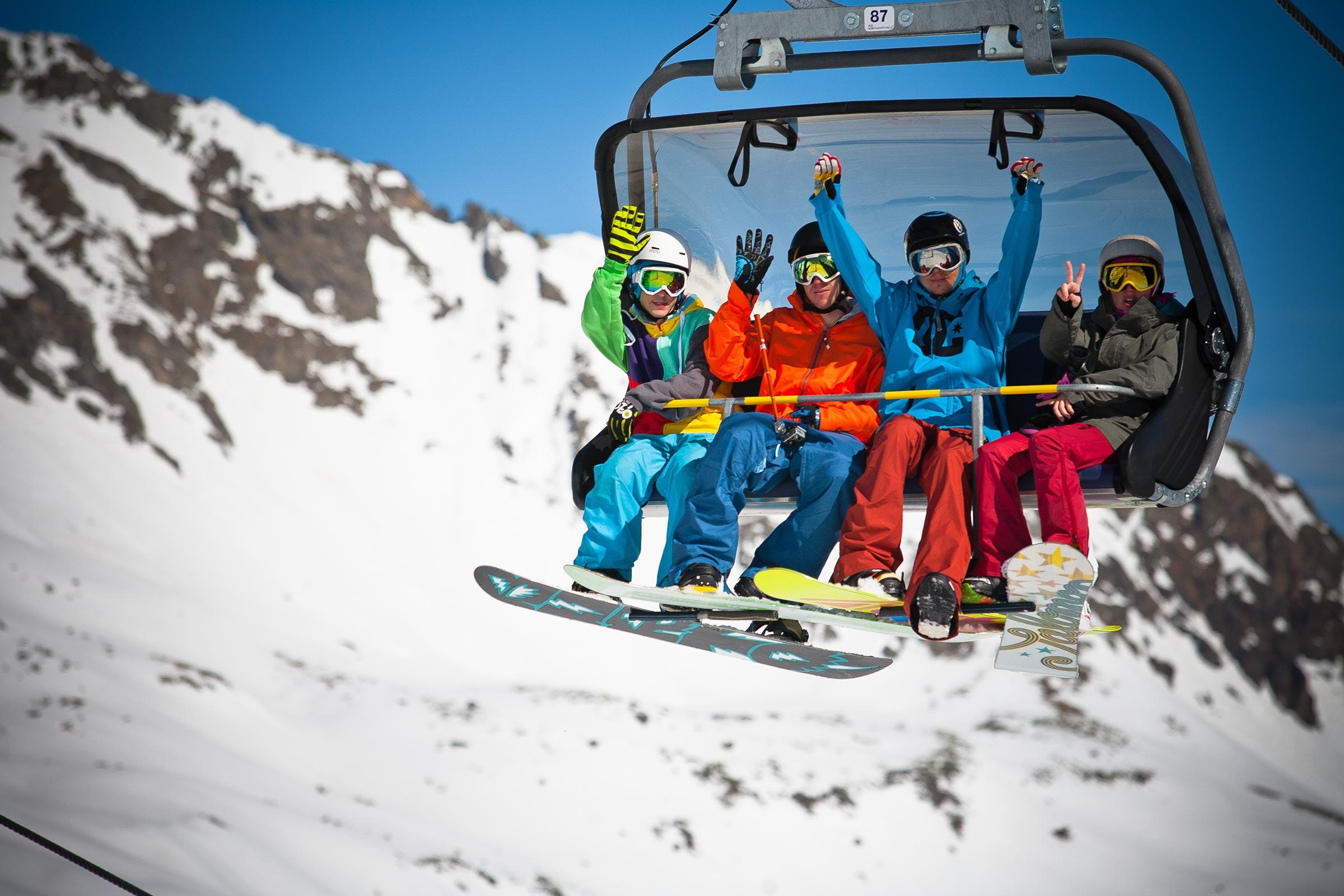 Snowboarder auf Sessellift - Skigebiet Sölden