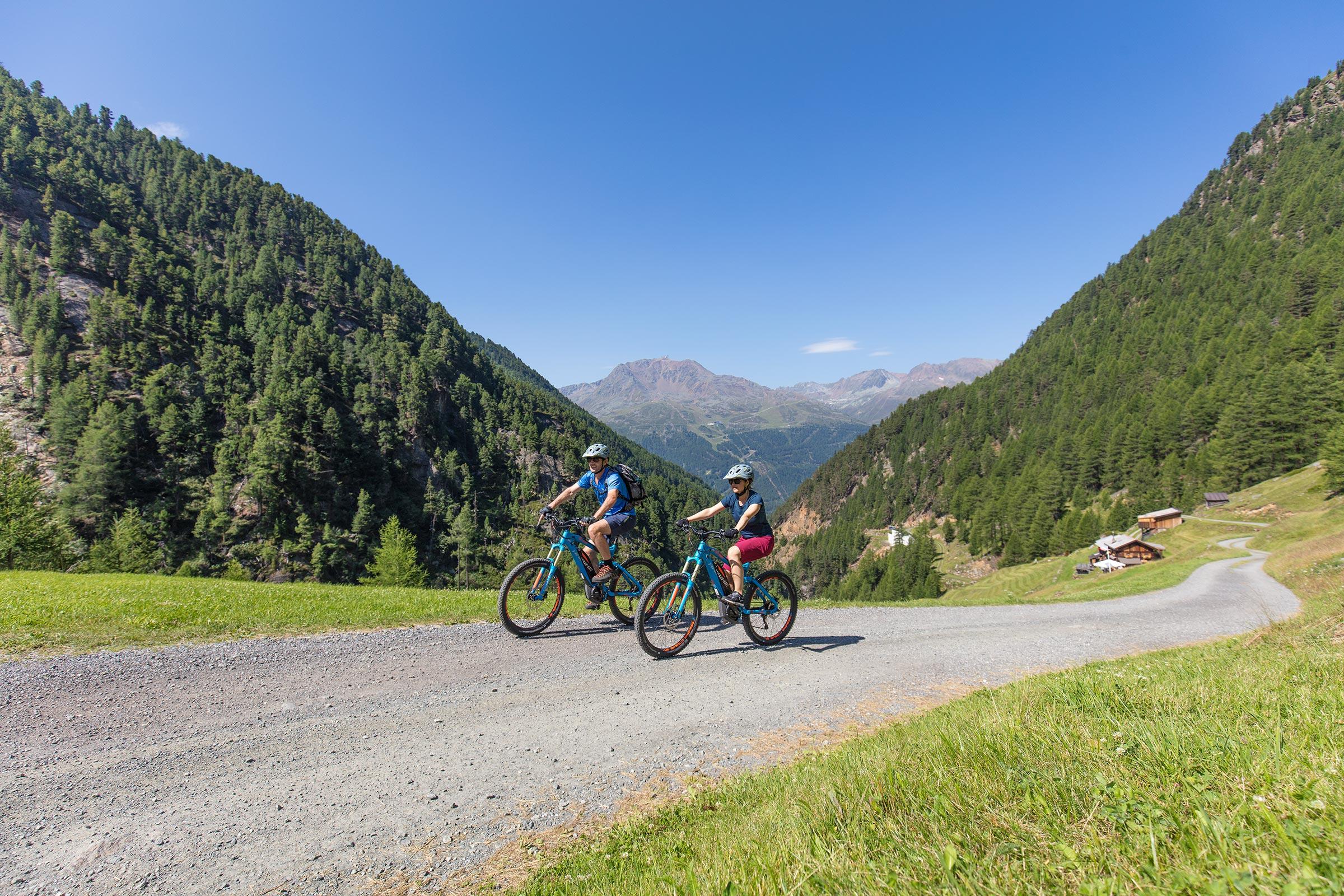 E-Biker unterwegs im Windachtal bei Sölden - Ötztaler Stromstoß E-Bike Festival