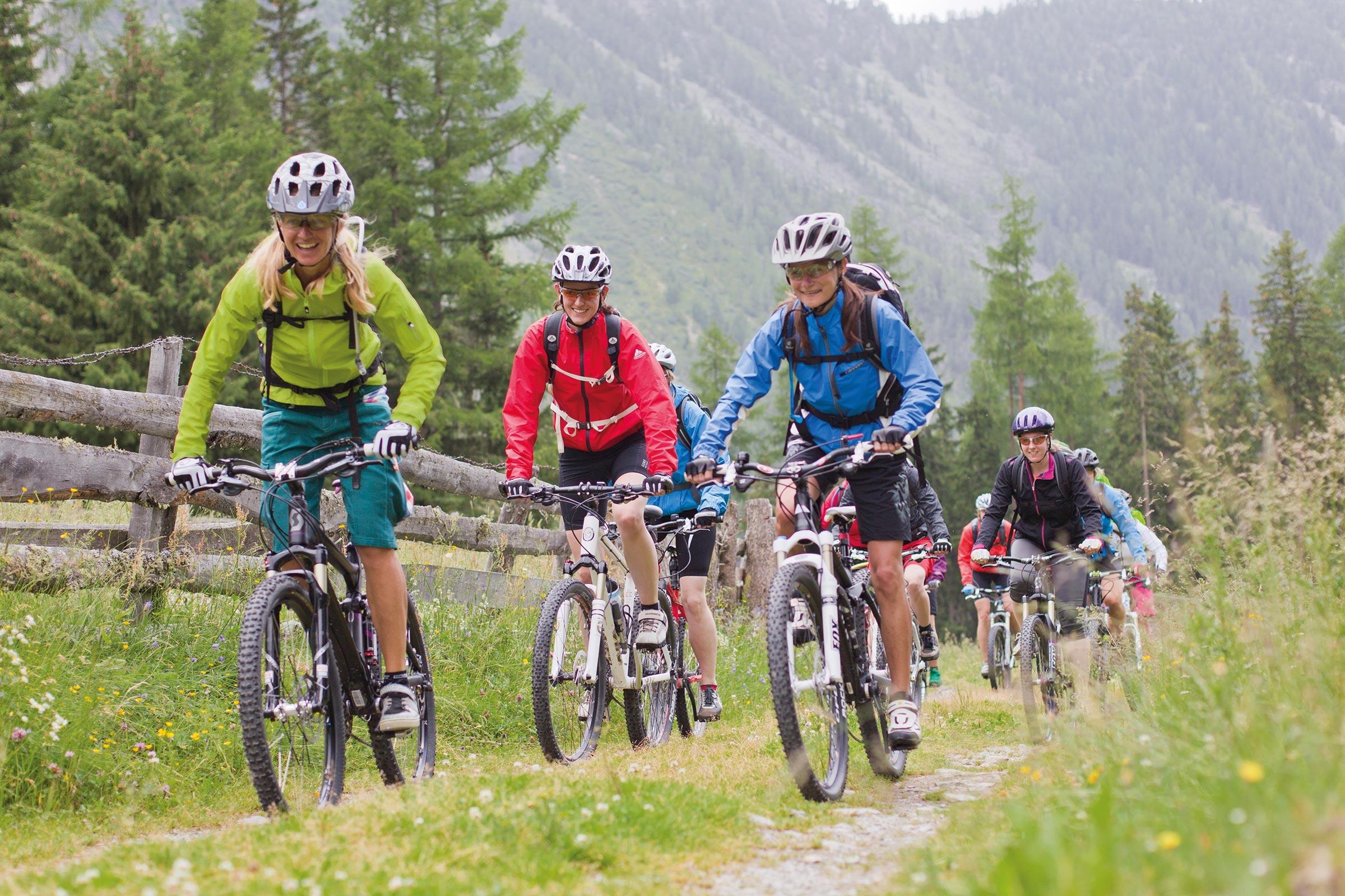 Gruppe Mountainbiker unterwegs - Ötztaler Stromstoß E-Bike Festival