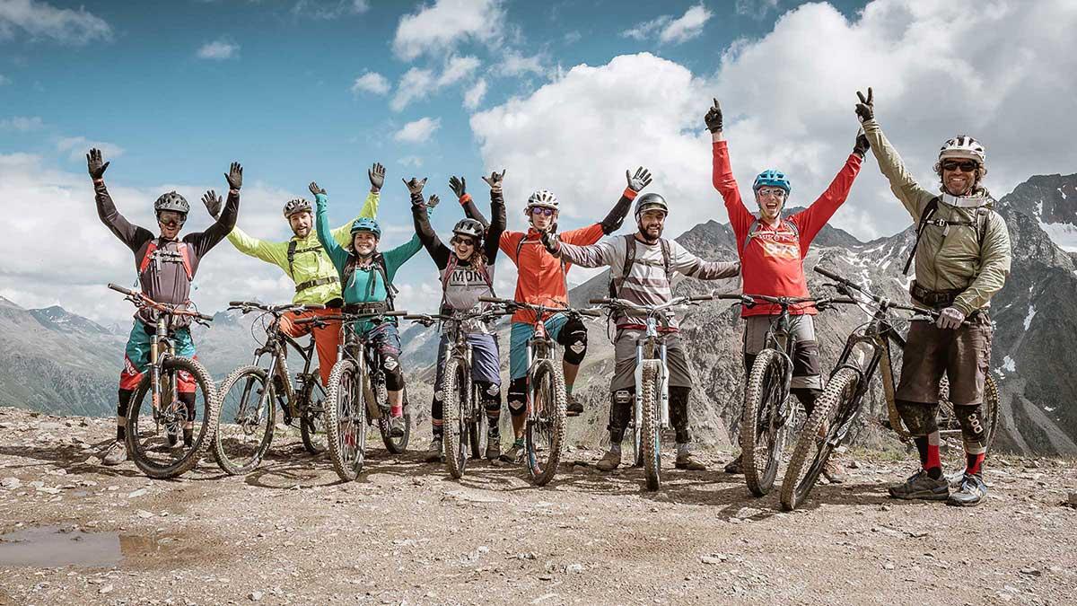 Bike Gruppe vor Bergkulisse - Bike Republic Sölden