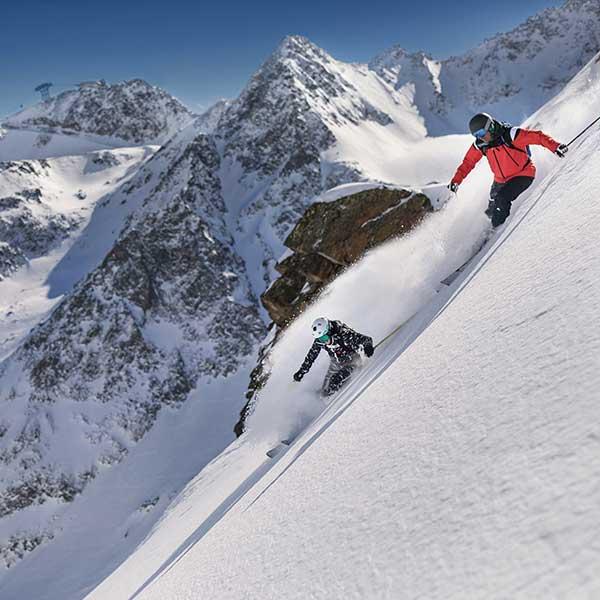 Skifahrer im Tiefschnee - Skiweltcup-Auftakt Sölden